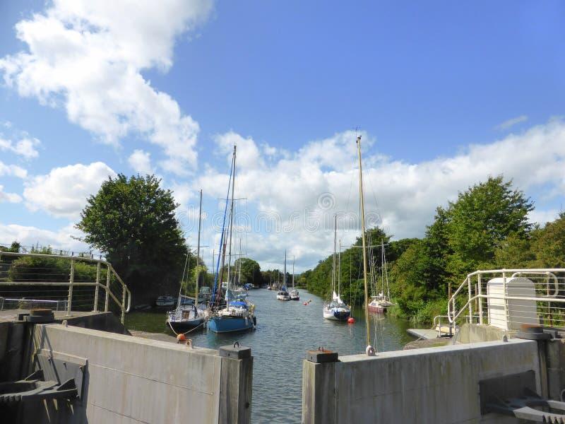 Яхты причаленные за шлюзными воротами стоковая фотография rf