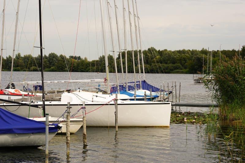 Яхты причаленные на спокойном озере стоковое фото rf
