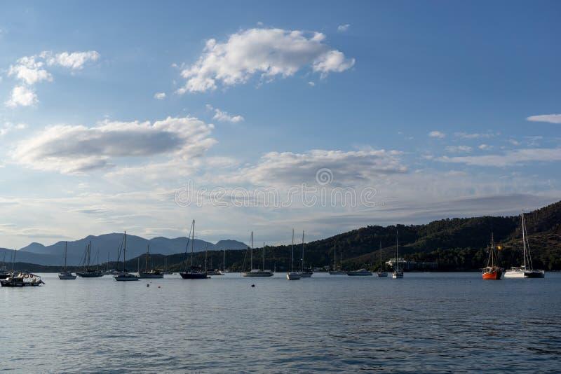 Яхты плавая в море стоковая фотография