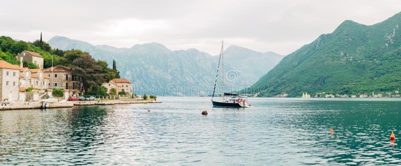 Яхты, шлюпки, корабли в заливе Kotor стоковая фотография rf