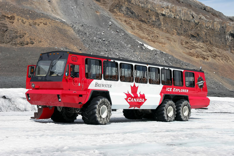 ЯШМА, ALBERTA/CANADA - 9-ОЕ АВГУСТА: Тренер снега на Athabasca стоковое изображение