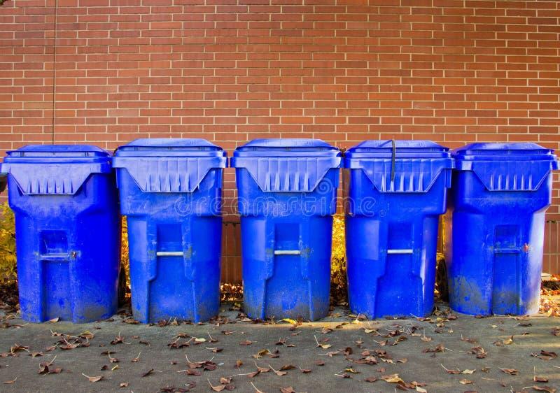 ящики голубые яркие 5 рециркулируют стоковое изображение