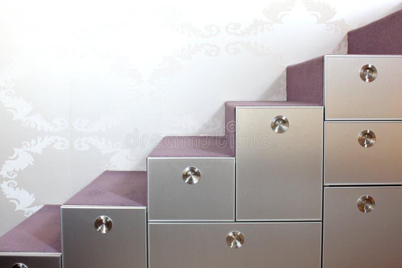 ящики самонаводят самомоднейшие лестницы стоковая фотография