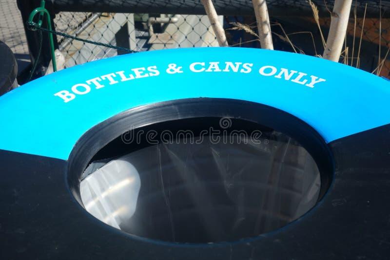 Ящик бутылок и чонсервных банк стоковые изображения rf