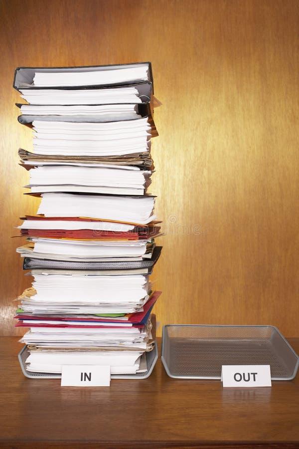 Ящик входящей почты с стогом обработки документов пустым outbox на столе стоковое изображение rf