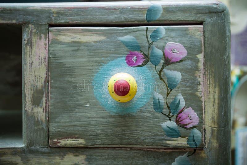 Ящик деревянного дрессера покрасил и украсил diy стоковое изображение