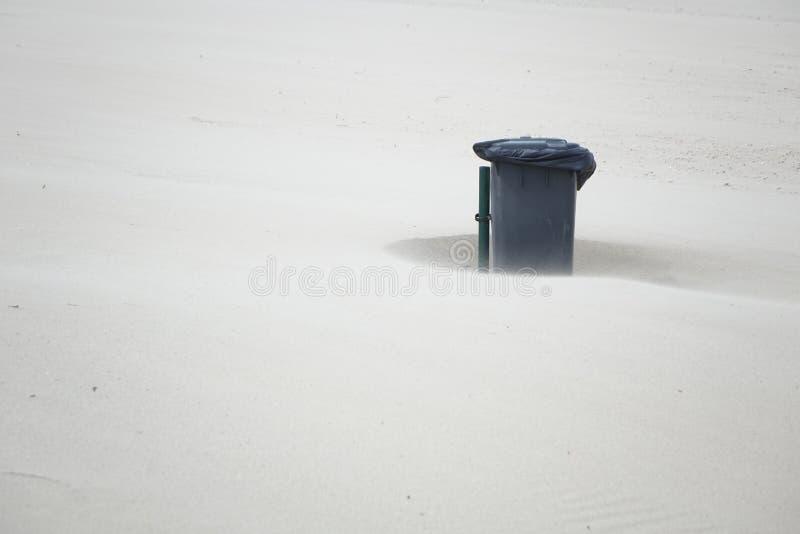 Ящик на пляже стоковые фотографии rf