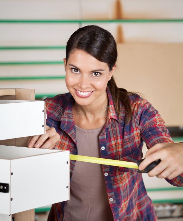 Ящик плотника измеряя с лентой измерения стоковые фотографии rf