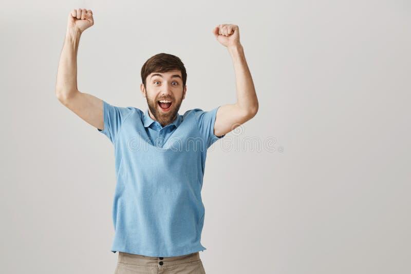 Я выиграл первый приз в моей жизни Портрет счастливого excited европейского парня скача от утехи, празднующ победу или успешный стоковая фотография rf