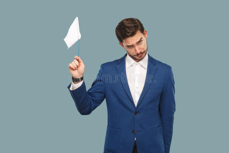 Я даю вверх унылый бизнесмен отказа в синем пиджаке и белом s стоковое изображение rf