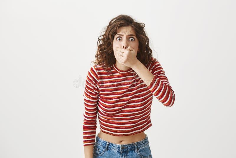 Я думаю что я идет дунуло - вверх Портрет рта и гнуть заволакивания молодой женщины к камере с потревоженный и больной стоковое изображение