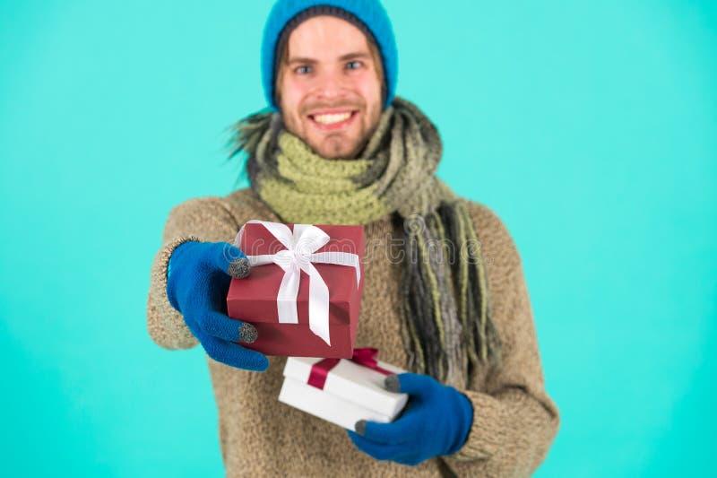 Я имею что-то для вас Подарок рождества владением хипстера со смычком Концепция праздника присутствующая зима снежка положения пр стоковые изображения rf
