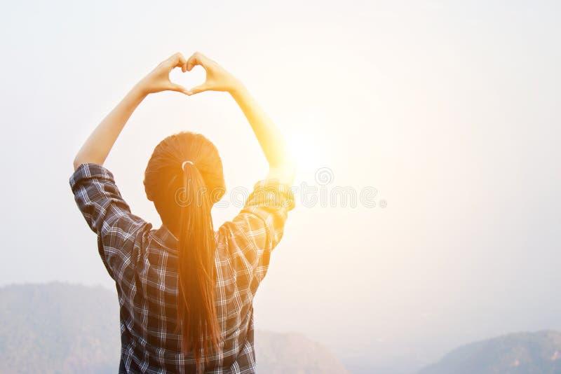 Я люблю концепцию перемещения: Стойка женщины путешественника свободы с сердцем стоковые фотографии rf