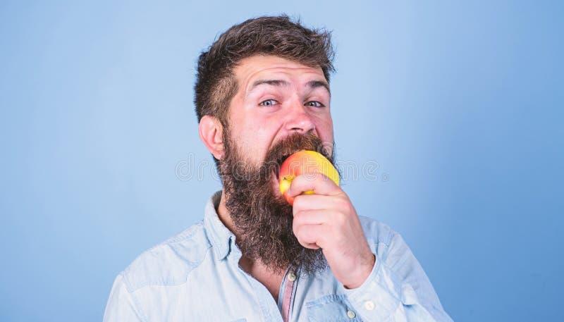 Я люблю человека яблок питание диеты ест плод Здоровая концепция питания Хипстер человека красивый с длинной едой бороды стоковая фотография