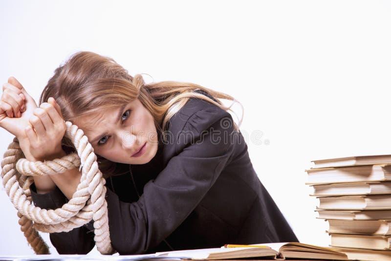 Я ненавижу мою конторскую работу Портрет молодого screamin бизнес-леди стоковые фотографии rf