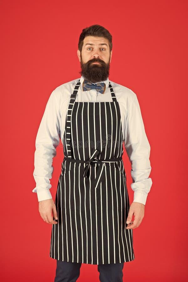 Я полностью на вашем обслуживании Холопка человека Рисберма bib бородатого человека нося Повар человека с бородой и усик в варить стоковая фотография