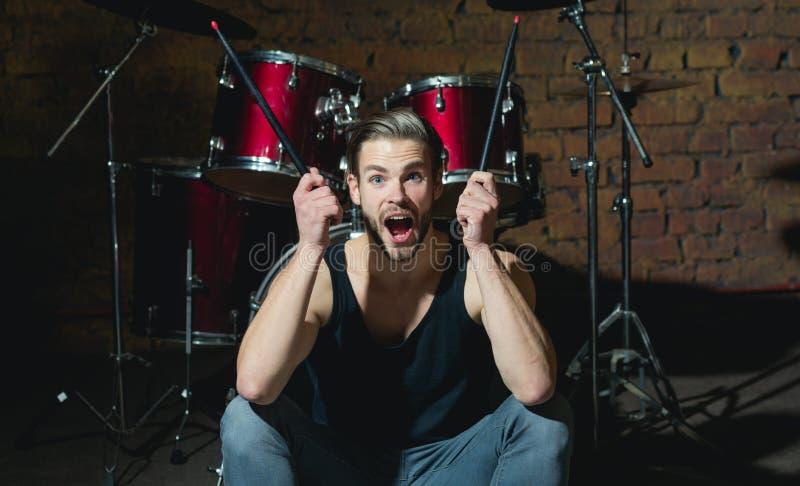 Я получил удар Рок-звезда или коромысло Возбужденный человек сидит на этапе на ударном инструменте Барабанщик человека с мюзикл стоковое изображение rf