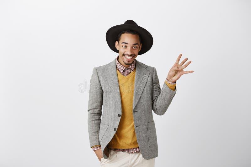 Я принял 4 телефонного номера во время партии Удовлетворенный красивый Афроамериканец в стильной шляпе и модном обмундировании стоковые фото