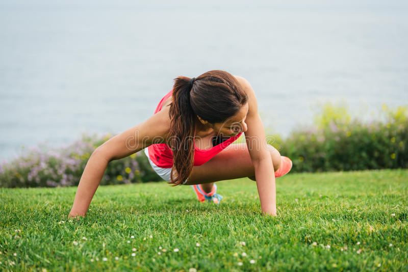 Ядр тренировки женщины фитнеса внешнее стоковое фото