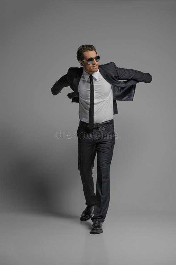 Я считаю, что я может лететь. Во всю длину уверенно молодых бизнесменов стоковое фото rf