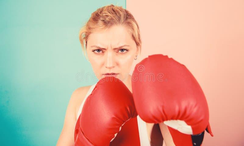 Я тебя выгоню. Уверенность в своем боксе бокс улучшает самочувствие и волю Сконцентрировано на ударе Женщина стоковое фото