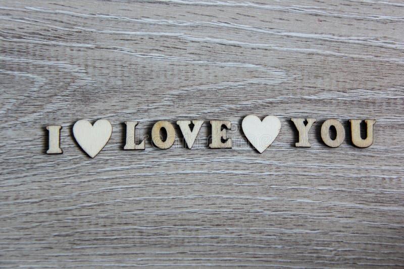 Я тебя люблю деревянные сердце формы и письма, тема влюбленности стоковое изображение rf