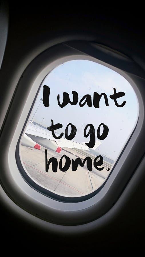 Я хочу идти домой цитата с красивым видом крыла самолета на полете стоковая фотография rf