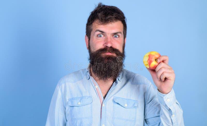 Я яблоки влюбленности укомплектовываю личным составом красивый битника с длинной бородой есть яблоко Укусы битника голодные насла стоковые изображения rf