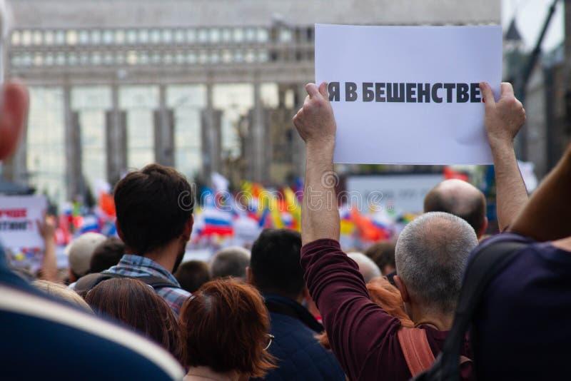 Я яростен Протестующий держит плакат на ралли оппозиции в Москве, России стоковые фотографии rf