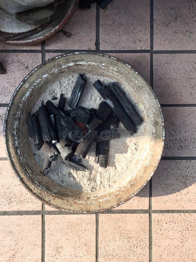 ิblack charcoal in basin imágenes de archivo libres de regalías