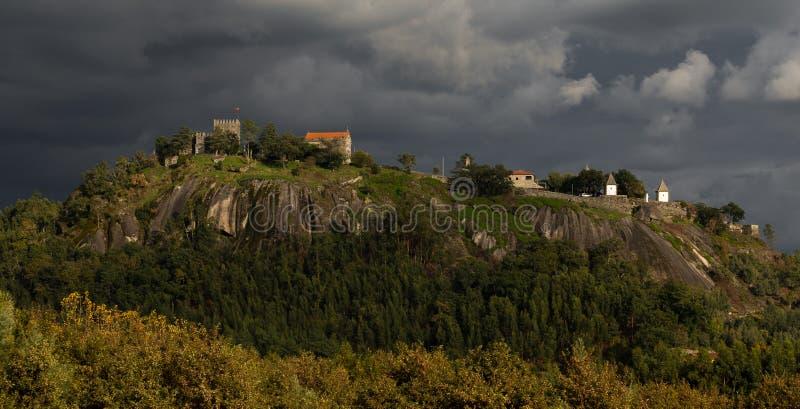 '卡斯特鲁de Lanhoso'历史城堡在Povoa de Lanhoso 免版税库存图片