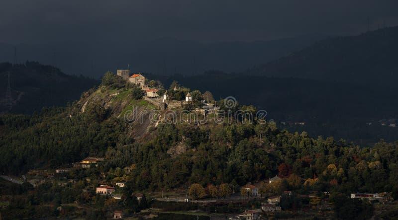 '卡斯特鲁de Lanhoso'历史城堡在Povoa de Lanhoso 库存图片