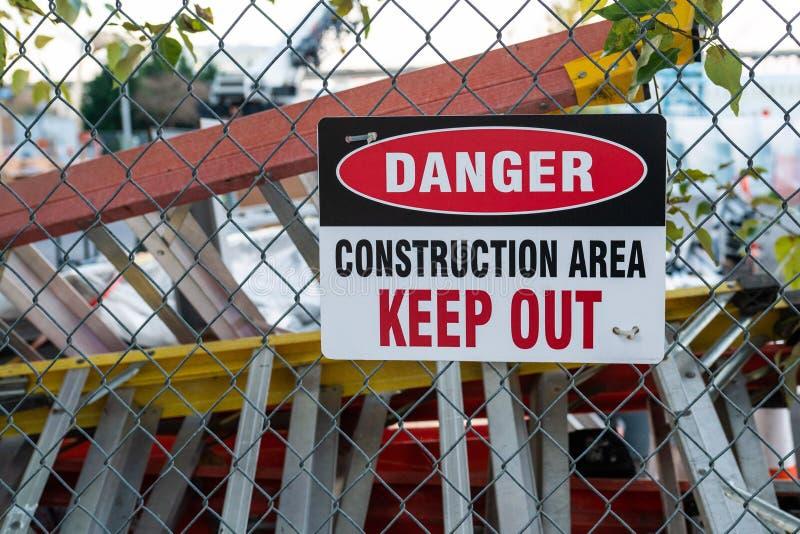 '危险,建筑区域,把'标志关在外面 免版税库存图片
