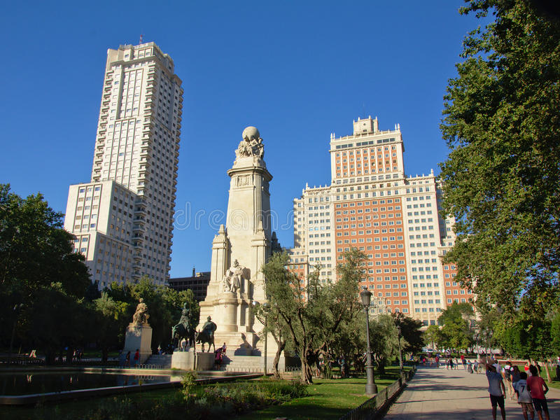 '广场de西班牙'正方形的,马德里西万提斯纪念碑介于中间的摩天大楼 免版税图库摄影
