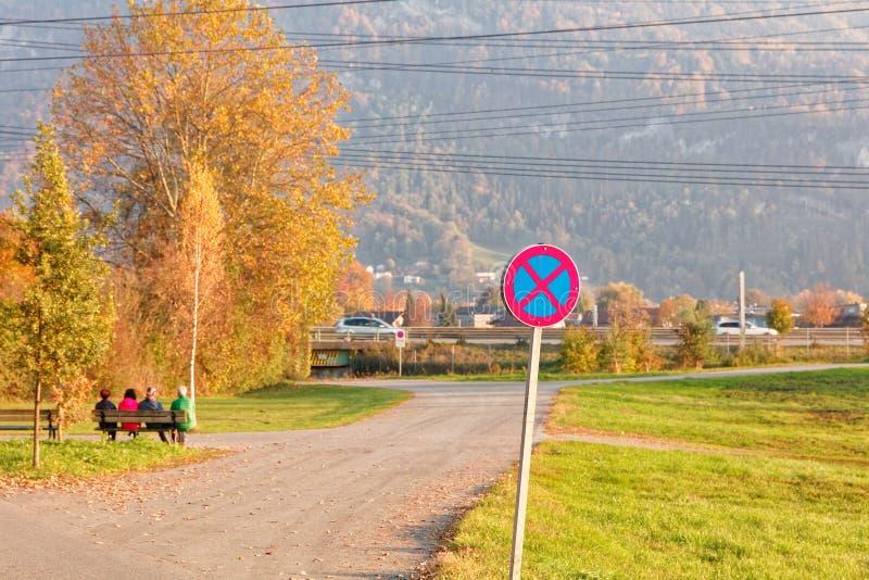 '没有停止-超速道路'在公园地方的标志靠近游泳场 库存图片