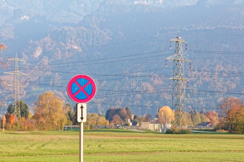 '没有停止-超速道路'在公园地方的标志靠近游泳场 免版税库存照片