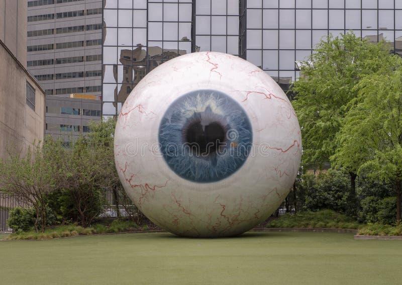 '眼睛'由艺术家托尼Tasset炫耀的焦耳旅馆外在街市达拉斯,得克萨斯 库存照片