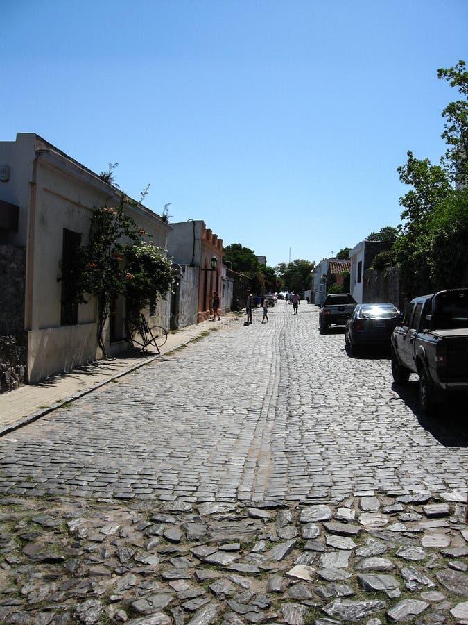 '科洛尼亚省,乌拉圭,Enero 15日2011年:有游人的殖民地街道 ` 库存照片