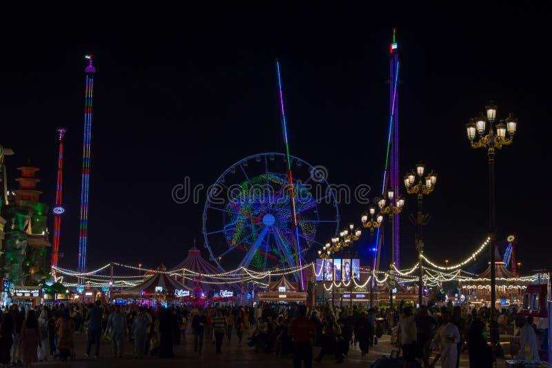 '迪拜,迪拜/阿拉伯联合酋长国- 4/9/2019:世界村旅游景点在代表全球性商店和乐趣的迪拜在nig 库存图片