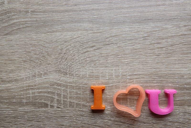 'amo el foco selectivo colorido, letras magnéticas del tiro del primer de la palabra de u 'con la pregunta romántica para el día  imagen de archivo