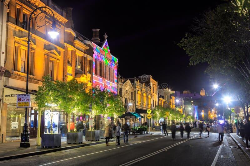 'As rochas ', Sydney, Austrália, iluminada acima na noite para o festival vívido de Sydney imagens de stock