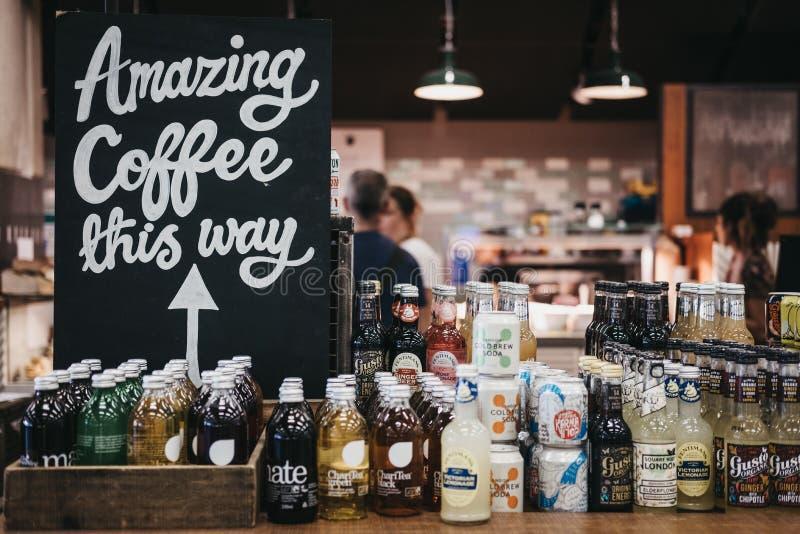 'Café asombroso muestra de esta manera 'dentro de la estación de St Pancras, Londres, Reino Unido imágenes de archivo libres de regalías