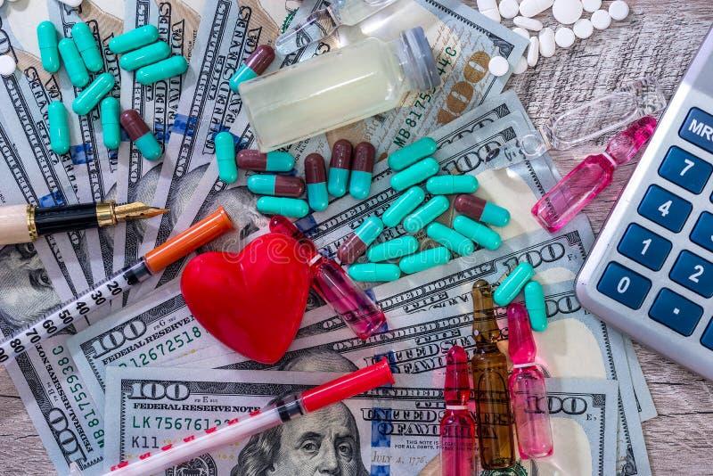 'Custo concepção da saúde 'com tabuletas, ampolas e seringas fotos de stock royalty free