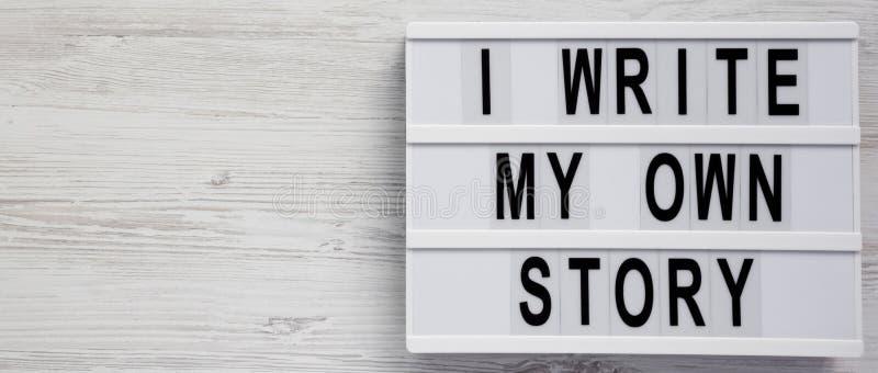 'Escribo las palabras en un tablero moderno en un fondo de madera blanco, visión superior de mi propia historia ' Desde arriba de imagen de archivo