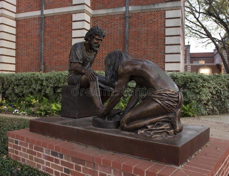 'Estátua de bronze do empregado divino 'na frente das cidades Baptist Church do parque, Dallas, Texas imagens de stock royalty free