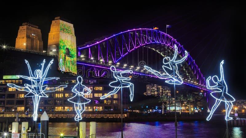 'Festival de Sydney vívido ' Esculturas da ponte e da bailarina do porto na noite foto de stock royalty free