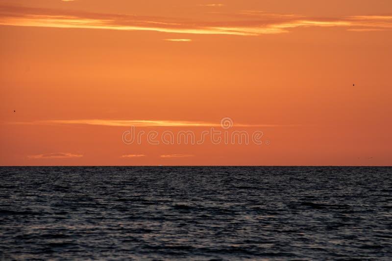 'Flash verde legendario 'como las inmersiones del sol debajo del horizonte en la puesta del sol imagen de archivo