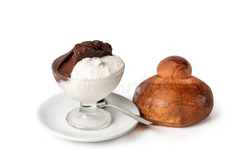 'Granita siciliano 'del sabor de la almendra y del chocolate, en el fondo blanco imagen de archivo libre de regalías
