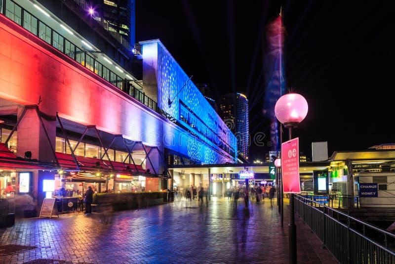 'Iluminação colorida do festival de Sydney vívido ', cais circular, Sydney, Austrália fotos de stock royalty free