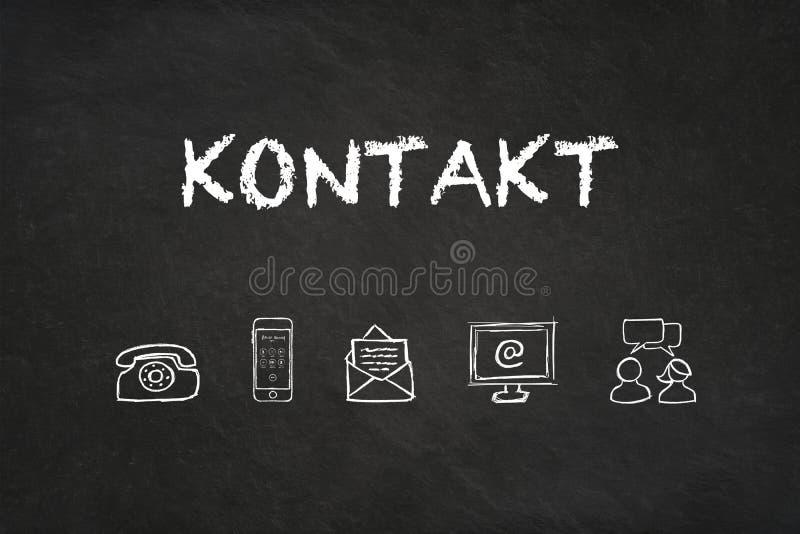 'Kontakt'文本和象在黑板 翻译:'联络' 库存图片
